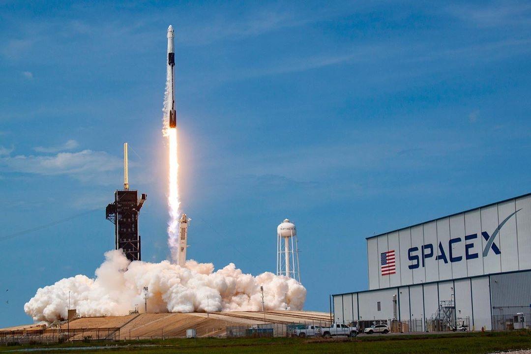 ПЪРВИЯТ ПИЛОТИРАН ПОЛЕТ НА SPACEX – историческа стъпка към заветната цел на Илън Мъск